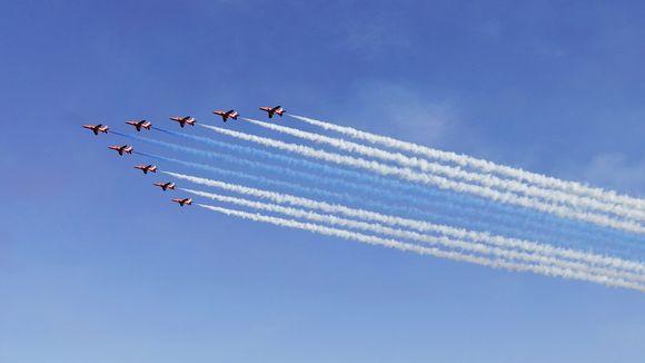 Video: Britannian ilmavoimien RAF:n taitolentoryhmä Red Arrows Kaivopuiston lentonäytöksessä.