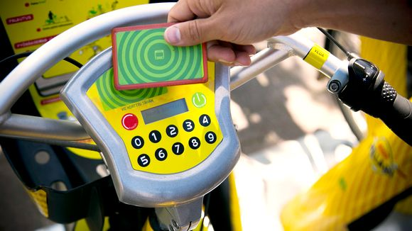 Kaupunkipyörän latauspiste. Ohjeita kaupunkipyörän käyttöön saa osoitteesta hsl.fi/kaupunkipyorat. Samassa osoitteessa voi rekisteröityä sekä tarkastaa, kuinka monta pyörää kullakin asemalla on.