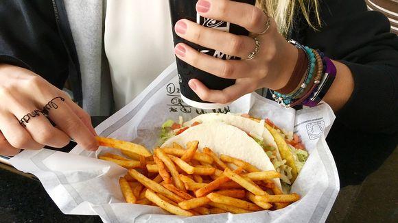 nainen syö ranskalaisia