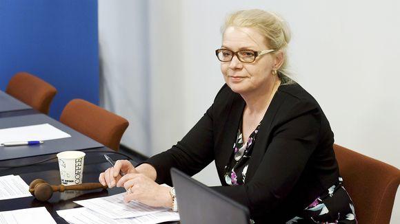 Leena Meri valmistautumassa perussuomalaisten eduskuntaryhmän kokoukseen Helsingissä