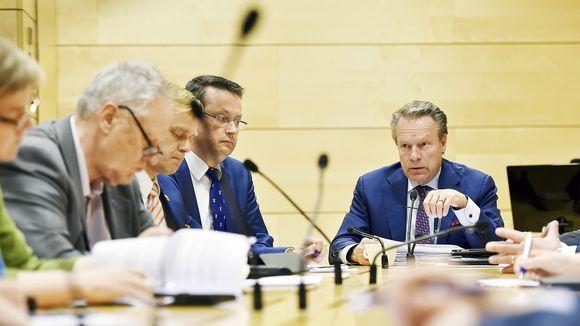 Puolustusvaliokunnan puheenjohtaja Ilkka Kanerva ja valiokunnan muita jäseniä eduskunnan puolustusvaliokunnan tiedotustilaisuudessa Helsingissä.