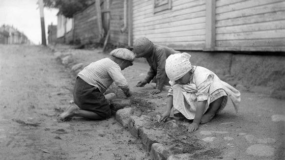 Lapset katua kraappaamassa Raahen Saaristokadulla 1923.