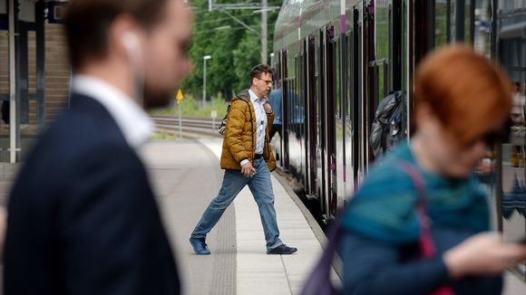 Matkustajia Pitäjänmäen juna-asemalla Helsingissä.