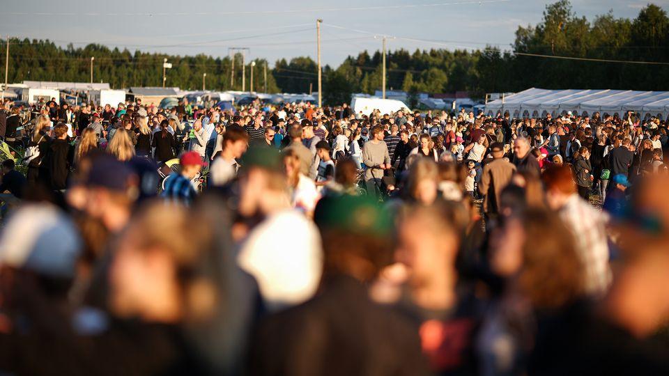 Ihmisiä Suviseuroissa Torniossa kesäkuussa 2016.
