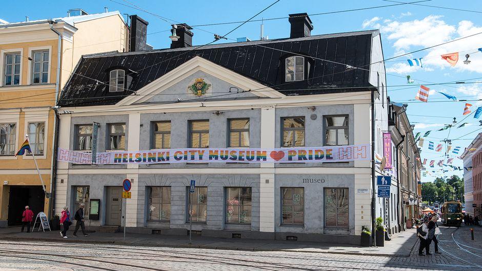 Helsinki Pride 2017 -viikon aikana pidettiin Pride -banderollia esillä kaupunginmuseon ulkoseinällä.