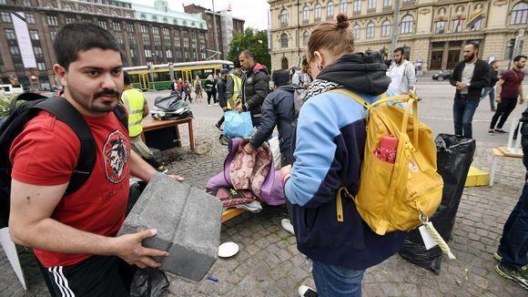 Turvapaikanhakijoiden Oikeus elää -mielenosoitus Helsingin Rautatientorilla purettiin alkuillasta Helsingissä.
