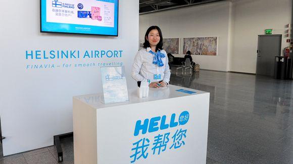 Suomeen saapuvien kiinalaisten lentomatkustajien neuvontapiste Helsinki-Vantaan lentokentällä.