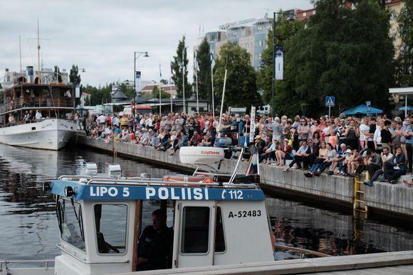 Ihmisiä kerääntyneenä Savonlinnan satamaan.