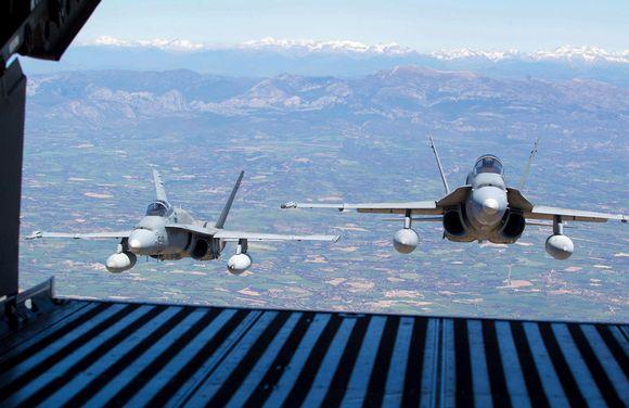 F-18 hävittäjiä.