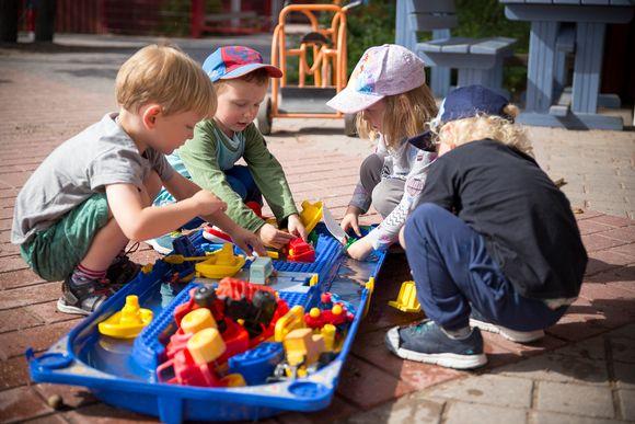 Lapsia pihalla leikkimässä.