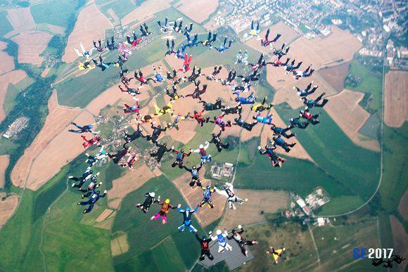 Suomalasiten laskuvarjohyppääjien kahdeksankymmentähenkinen kuvio Tsekin taivaalla.