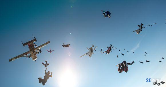 Laskuvarjohyppääjiä taivaalla.