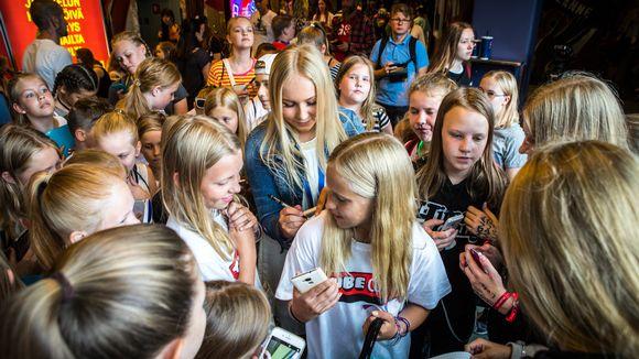 Kun Mandimai Sundberg ilmestyi Helsinki-areenan käytävälle, hän oli hetkessä fanien ympäriömä.