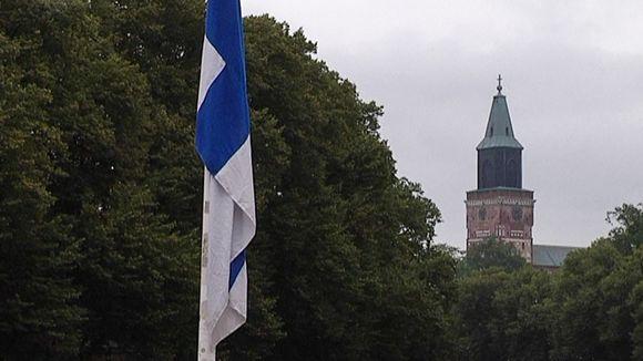 Lippu puolitangossa, Turun tuomiokirkko taustalla.