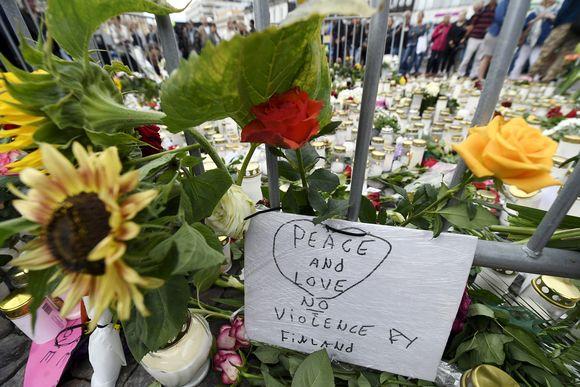 Surijat ovat tuoneet muistokynttilöitä ja kukkia.