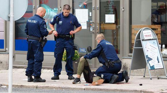 Turun puukottaja poliisin kiinniottamana.
