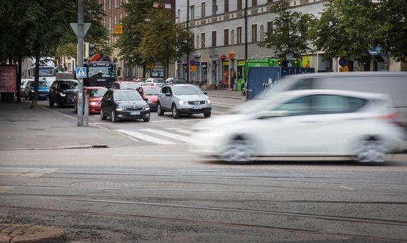 Liikennettä Runeberginkadun ja Mannerheimintien risteyksessä