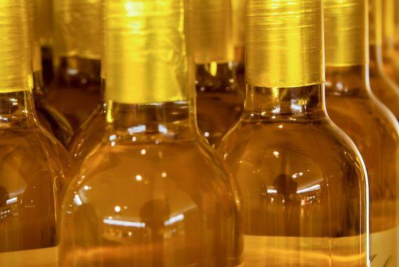 Viinipulloja myymälän hyllyssä.