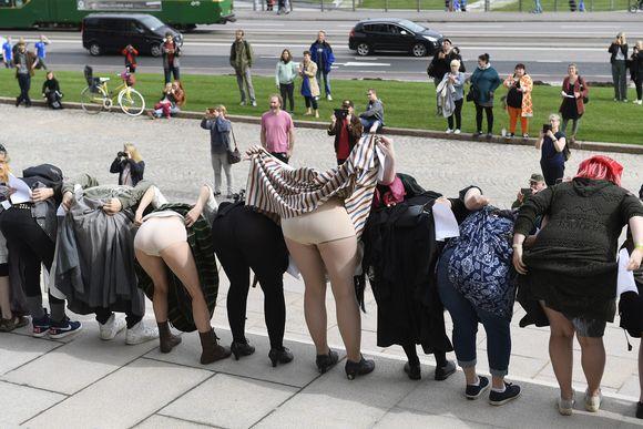 Joukko hallituksen toimiin tyytymättömiä ihmisiä kokoontui kulttuurilliseen mielenilmaisuun Eduskuntatalon portaille Helsingissä 2. syyskuuta