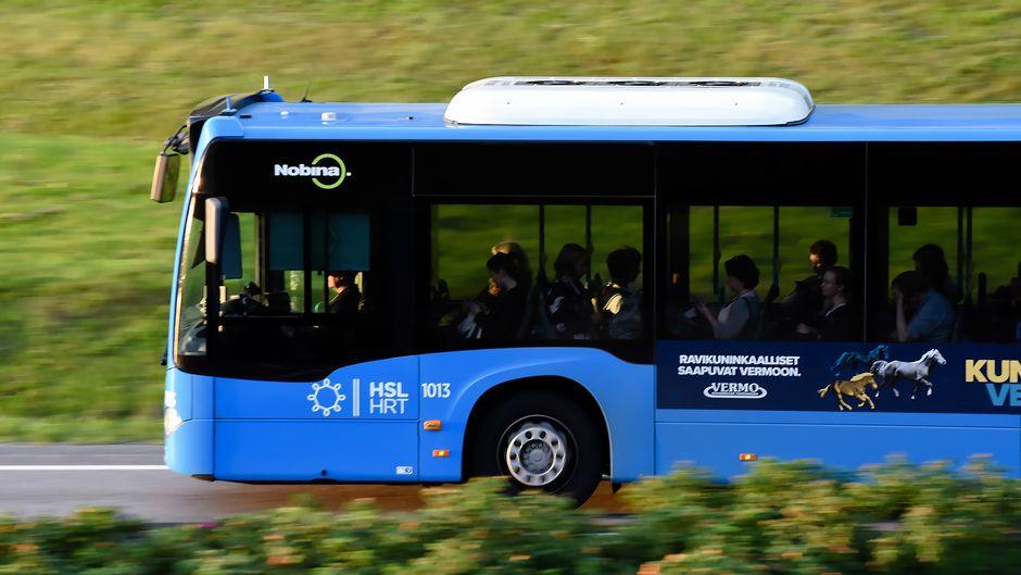 Bussi, matkustajia länsiväylällä.