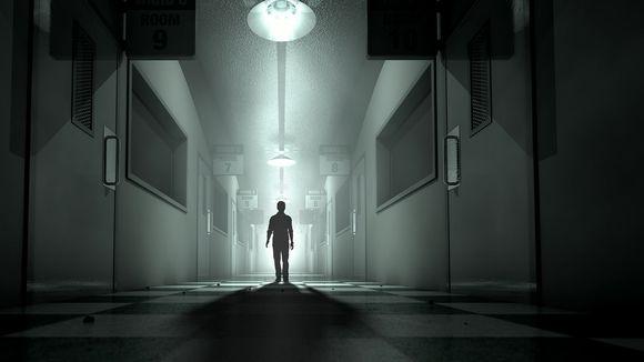 Miehen siluetti hämärästi valaistulla käytävällä.