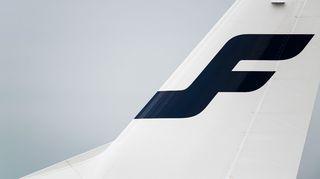 Finnair logo lentokoneen peräsimessä.