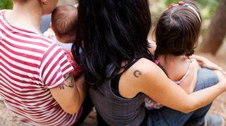 naispari kahden lapsen kanssa