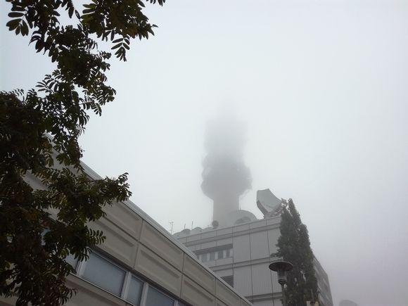 Pasilan linkkitornin huippu katosi sumuun.