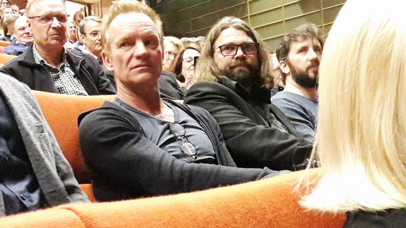 Sting seuraa esitystä Mikko Koukin seurassa.