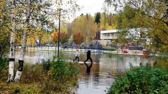 Kirkkojärven koulun viereinen leikkipuisto jäi veden alle Espoossa keskiviikkona 11. lokakuuta 2017.