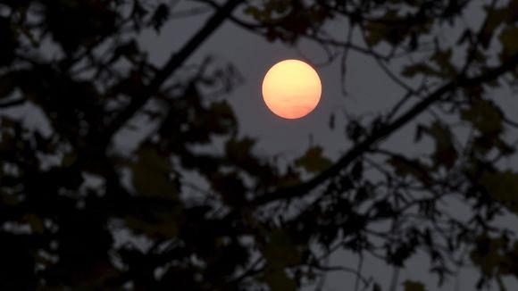 Aurinko hehkuu punertavana Espoossa.
