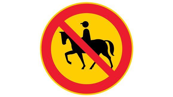 Ratsastus kielletty uusi liikennemerkki.