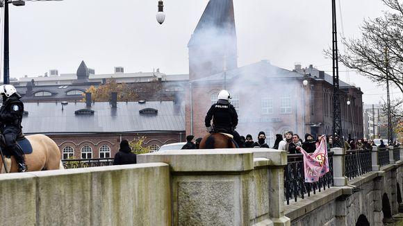 Osa uusnatseja vastustavia mielenosoittajia Satakunnansillalla Tampereella 21. lokakuuta.