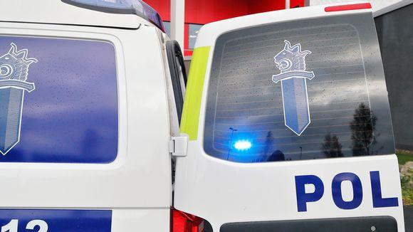 Poliisiauto Joensuun oikeus- ja poliisitalo.
