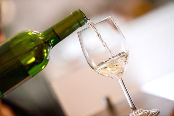 viiniä kaadetaan lasiin