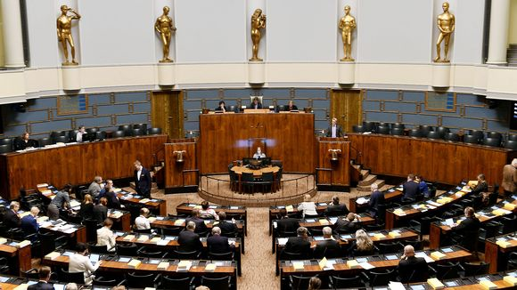 Täysistunto menossa istuntosalissa peruskorjatussa eduskuntatalossa Helsingissä.