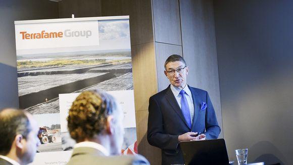 Lauri Ratia puhuu kaivosyhtiön tiedotustilaisuudessa Helsingissä.