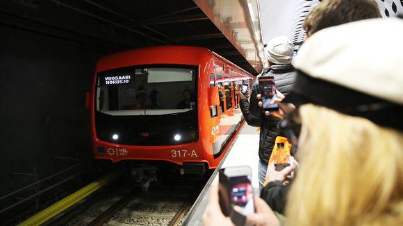 Видео: Metro saapuu asemalle.