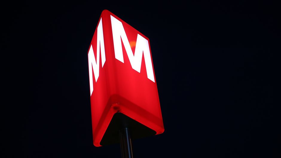 Metron logo aseman ulkopuolella.