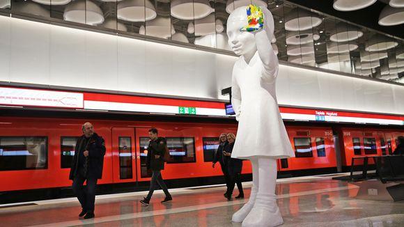 Taideteos Tapiolan metroaseman laiturilla.