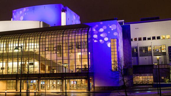 Suomen Kansallisoopperan iltavalaistuksen ilme vaihtuu myös vuodenaikojen ja juhlakausien mukaan.