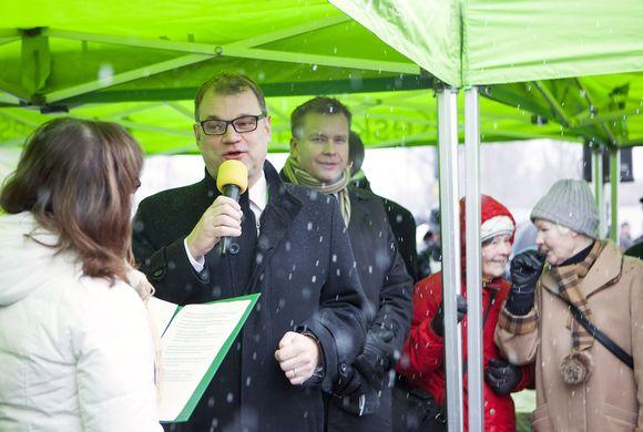 Keskustan puheenjohtaja, pääminister Juha Sipilä puhumassa keskustan puoluevaltuuston kokouksen toritapahtumassa Joensuussa 25. marraskuuta
