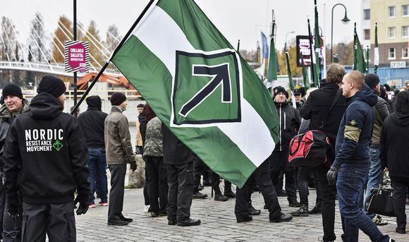 Jesse Torniainen (oik.) Pohjoismaisen vastarintaliikkeen mielenosoituksessa Tampereella 21. lokakuuta.