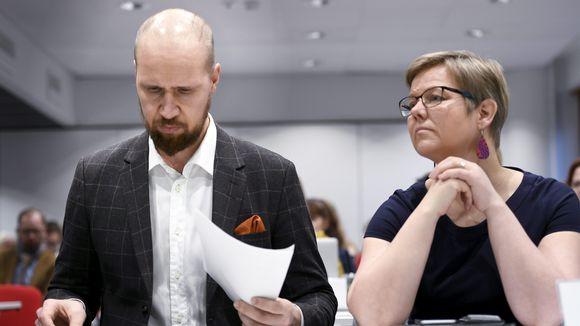 Puheenjohtaja Touko Aalto ja eduskuntaryhmän puheenjohtaja Krista Mikkonen vihreiden puoluevaltuuskunnan kokouksessa Helsingissä 2. joulukuuta.