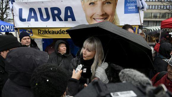 Perussuomalaisten presidenttiehdokas Laura Huhtasaari oli tavattavissa Hakaniementorilla sunnuntaina 3. joulukuuta 2017.