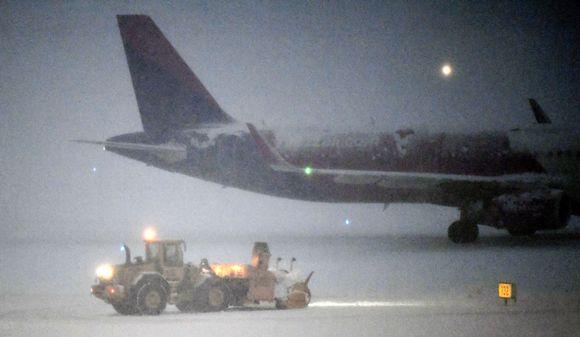 Lumen aurausta Helsinki-Vantaan lentokentällä 12. joulukuuta.