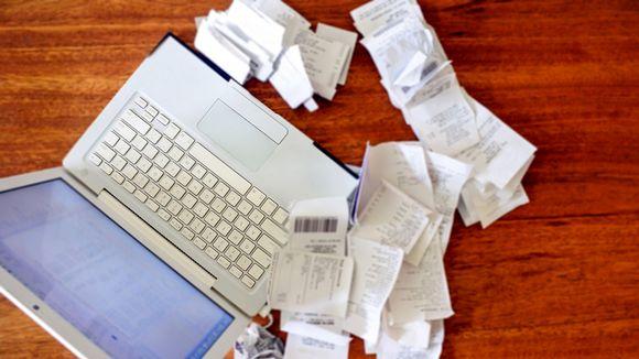 tietokone ja paperikuitteja