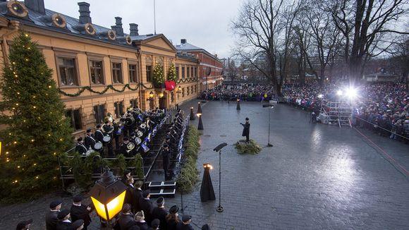 Turun kaupungin protokollapäällikkö Mika Akkanen julisti Joulurauhan perinteisin menoin Turun Vanhalla Suurtorilla jouluaattona 24. joulukuuta 2016.