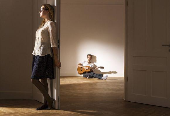 Nainen ja mies tyhjässä asunnossa.