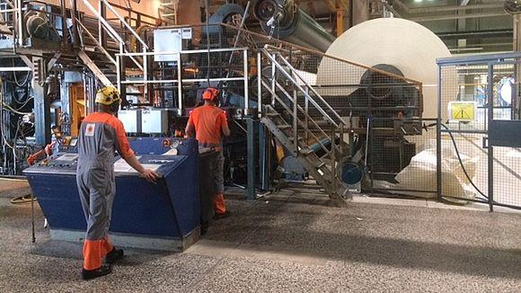 paperitehtaan prosessinhoitajat, paperirullan vaihtoi, kirjapaperia, Anjalan paperitehdas Kouvolassa, pk 3, paperikone 3, paperikoneen kuivapää